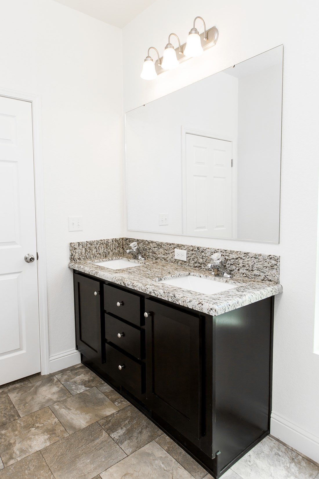 The GLE561A Guest Bathroom. This Manufactured Mobile Home features 3 bedrooms and 2 baths.